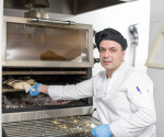 The Piracold system of the PIRA charcoal oven allows the chef to work with better comfort.